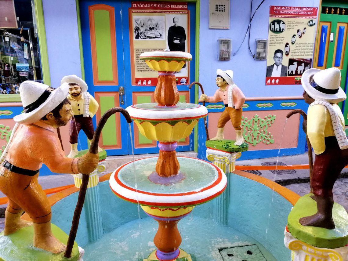 fuente colorida en Guatapé pueblo